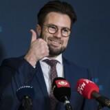 Også Odenses borgmester, Peter Rahbæk, vendte tommelfingeren opad, da han torsdag formiddag endelig afslørede Facebooks byggeplaner i området. Foto: Claus Fisker, Scanpix