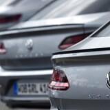 Volkswagen vil give bilejere, som er berørt af en omfattende skandale om køretøjernes udledning, to års ekstra garanti. REUTERS/Fabian Bimmer