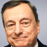 Formanden for Den Europæiske Centralbank (ECB), Mario Draghi, vil holde renten rekordlav lang tid endnu, selv om ECB torsdag løftede vækstudsigterne for eurozonen betydeligt. / AFP PHOTO / Daniel ROLAND