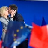 Den franske præsidentkandidat, Emmanuel Macron, kysser hustruen Brigitte før talen i Parc des Expositions i Paris, 23. april 2017