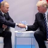 Donald Trump og Ruslands præsident, Vladimir Putin, giver hånd under G20-mødet i Hamborg tidligere på måneden.
