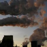 Røg og CO2 vælter op fra Europas største kulkraftværk, Belchatow i Polen.