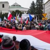 Tusindvis af mennesker i Polen fortsætter lørdag med at vise deres utilfredshed med regeringe