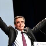 Overraskende vinder Francois Fillon første runde af valget om at blive konservativ præsidentkandidat. Tidligere præsident Nicolas Sarkozy er derimod helt ude.