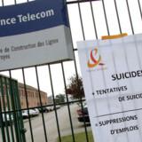 Billedet her er taget ved indgangen til France Telecoms kontorer i Troyes, hvor en 49-årig tekniker 9. september stak sig i maven med en kniv efter at være blevet degraderet. Foto: Alain Julien, AFP/Scanpix