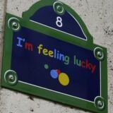 »Jeg føler mig heldig,« står der på façaden på Googles hovedkontor i Paris med henvisning til funktionen af samme navn på Googles søgemaskine. Og Google kan nu føle sig heldig, fordi en fransk domstol har afvist et muligt milliardskattesmæk til internetgiganten. Arkivfoto: Jacky Naegelen, Reuters/Scanpix