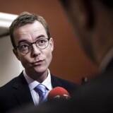 Esben Lunde Larsen trækker sig fra posten som miljø- og fødevareminister. Han har desuden meddelt, at han udtræder af Folketinget ved næste valg.