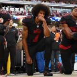 Protesterne begyndte i sidste sæson, da NFL-stjernen Colin Kaepernick blev siddende under nationalsangen som en protest mod racediskrimination.