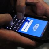 Skype er verdens største udbyder af udlandstelefoni men konkurrerer med de klassiske teleselskaber ved at være en »på toppen«-tjeneste, der udnytter, at man alligevel har forbindelse over enten mobilnettet som her eller sin internetforbindelse derhjemme. Nu skal Skype og tilsvarende kommunikationstjenester reguleres i Europa på linie med teleselskaberne, mener EU-Kommissionen. Arkivfoto: Asif Hassan, AFP/Scanpix