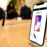 Apples iPhone X-telefon fra efteråret er den første i Apple-verdenen med OLED-skærm. Nu forsøger Apple at udvikle sin egen type, helt nye skærm. Arkivfoto: Andy Rain, EPA/Scanpix