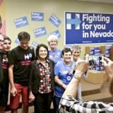 Dolores Huerta er trods sine 85 år stadigvæk aktiv i præsidentvalgkampen for Hillary Clinton. Her tager nogle af de lokale Clinton-støtter en selfie medDolores Huerta i midten.