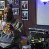 Komiker Bill Cosby på scenen i jazzklubben, La Rose, hvor han medvirkede i en mindeaften for musikeren Tony Williams. AFP PHOTO / DOMINICK REUTER