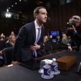 Mark Zuckerberg sætter sig i klar til høringen i den amerikanske kongres tirsdag aften, dansk tid.