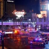 Beredskabsstyrker rykker ud i Las Vegas, hvor et større skyderi er fundet sted, med mange dræbte og sårede.