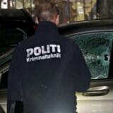 Kriminaltekniker ved en bil, der er blevet ramt af skud ved Mjølnerparken på Nørrebro i København. Foto: Mathias Øgendal