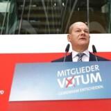 Søndag formiddag kunne fungerende partiformand Olaf Scholz ånde lettet op efter en nervepirrende optælling af socialdemokratiske brevstemmer. Med et flertal på 66 pct. stemte de tyske socialdemokrater ja til regeringsaftale med Angela Merkels CDU.