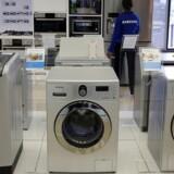 Samsung (billedet) og LG Electronics er begge storproducenter af hvidevarer som vaskemaskiner, men de dumper priserne, mener en amerikansk konkurrent, som nu får myndighedernes hjælp til at bremse fremfærden. Arkivfoto: Siphiwe Sibeko, Reuters/Scanpix