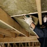 Bor du i en ældre bolig fra 1960'erne eller 1970'erne, kan det ofte betale sig at isolere loftet, siger Torben Strøm, der er formand for Dansk Ejendomsmæglerforening. Scanpix/Erik Refner