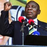 Sydafrikas vicepræsident siden 2014, og præsident fra i dag, Cyril Ramaphosa, holder her en brandtale med landets nationalhelt, Nelson Mandela, som bagtæppe. (AP Photo). (Foto: /Scanpix 2018)