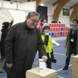 Tidligere Landsstyreformand Kuupik Kleist afgiver sin stemme i Godthåbshallen i Nuuk. Grønlændere i Nuuk går til valgurnerne og skal vælge medlemmer til selvstyrets parlament, Inatsisartut, tirsdag den 24. april 2018. Der skal til valget vælges 31 medlemmer til landstinget.