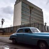 Den amerikanske ambassade i Havana. USA meddelte fredag, at landet trækker mere end halvdelen af personalet hjem er mystiske angreb med lydbølger. / AFP PHOTO / Adalberto ROQUE