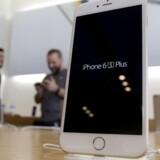 Apples telefoner som den nye iPhone 6 Plus vil ikke længere kunne sælge nok til at fastholde væksten, så nu trækker flere af de tunge, store funde sig helt ud af Apple. Arkivfoto: Jonathan Alcorn, Reuters/Scanpix