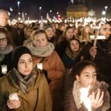 Fakkeloptog på Christiansborg Slotsplads for Aleppos ofre. Den syriske by har været hårdt ramt af borgerkrigen i landet og netop nu rykker regeringens tropper ind i den hidtil belejrede by. Meldinger om henrettelser og civile, der bliver skudt på stedet, er sluppet ud fra området. . (Foto: Jens Astrup/Scanpix 2016)
