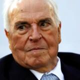 Den tidligere tyske kansler Helmut Kohl er død. Han var en markant figur i tysk politik i 80'erne og 90'erne - særligt da Vest- og Østtyksland blev forenet i 1990, efter Berlinmurens fald, året før. Kohl var en stærk støtte af Nato og EU og gjorde meget for et alliere Tyskland med landets tidlige fjender i anden verdenskrig. Han blev 87 år gammel.