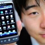 Den taiwanesiske mobilproducent HTCs seneste model, Desire, anvender Googles styresystem Android. Foto: Toru Yamanaka, AFP/Scanpix