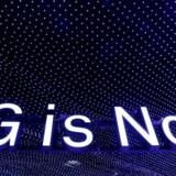 »5G er nu«, kundgør et af reklameskiltene på verdens største mobilmesse, Mobile World Congress, i Barcelona i denne uge. Allerede i år kan der være ægte premiere på det nye supermobilnet. Foto: Yves Herman, Reuters/Scanpix