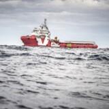 Læger Uden Grænsers skib Vos Prudence sejler i øjeblikket i international farvand ud for Libyens Kyst, hvor besætningen ombord venter på at redde eventuelle flygtninge og migranter, der bliver forsøgt smuglet over havet fra Libyen.