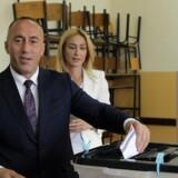 Ramush Haradinaj, der håber at blive genvalgt til posten som premierminister, afgiver sin stemme i Kosovos hovedstad, Pristina, søndag. Reuters/Hazir Reka
