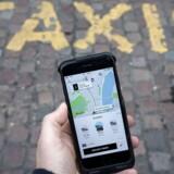 Kørselstjenesten Uber oplyser tirsdag, at to hackere har skaffet sig adgang til personlige oplysninger hos 57 millioner brugere og chauffører.