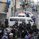 Politiet har anholdt en 27-årig mand, som bor i lejligheden, der ligger i forstaden Zama sydvest for Tokyo.