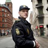 Rud Ellegaard har oplevet Vesterbros udvikling, siden han blev lokalbetjent i bydelen i 1982. Her ses han ved siden af stofindtagelsesrummet Skyen i Mændenes Hjem på Istedgade.