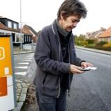 Mange danskere slås stadig med dårlig mobildækning. Nogle gange skyldes det, at de burde have valgt et andet teleselskab, som dækker bedre, eller en anden telefon med en bedre, indbygget antenne. Om få måneder kan man slå op på sin adresse og se, hvilket selskab der leverer den bedste dækning netop dér. Arkivfoto: Johan Gadegaard, Scanpix