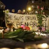 Folk holder et skilt med teksten »Je suis Bruxelles« (Jeg er Bruxelles) i hyldest til ofrene for tredobbelte bombeangreb i Bruxelles 22 marts 2016.