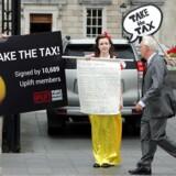 »Tag skattepengene,« lød teksten på skiltene, da demonstranter i september i Dublin lagde pres på den irske regering oven på EUs efterskattesmæk til Apple på nærved 100 milliarder kroner. Men den irske regering nægter at tage imod det enorme beløb. Arkivfoto: Paul Faith, AFP/Scanpix