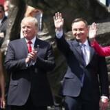 Polens førstedame Agata Kornhauser-Duda står længst til venstre. Dernæst hendes mand, præsident Duda, USAs præsident Donald Trump og hans kone Melania Trump.