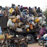En overfyldt lastbil med migranter begiver sig på en livsfarlig tur fra Agadez i Niger gennem Sahel-ørkenen mod Libyen, hvorfra en lige så farlig tur venter over Middelhavet for at nå det forjættede Europa. Flertallet af de afrikanske migranter får ikke asyl i Europa, men EU-landene slås med at få sendt de afviste asylansøgere retur, fordi de afrikanske lande helst ikke vil tage deres borgere retur, og i hvert fald ikke gennem store officielle hjemsendelsesaftaler, som er upopulære blandt borgerne i de afrikanske lande. Photo: Ali Abdou/dpa