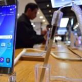 Samsung-telefoner bliver ikke opdateret, som de burde, fordi Samsung ikke gør Android-opdateringerne klar til sine telefoner. Derfor trækkes giganten nu i retten. Arkivfoto: Jung Yeon-je, AFP/Scanpix