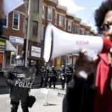Politiet har anholdt 235 personer under de voldsomme uroligheder i Baltimore i USA, efter den sorte mand Freddie Gray døde i politiets varetægt. Præsident Obama opfordrer til selvransagelse blandt politibetjente - og i hele landet.