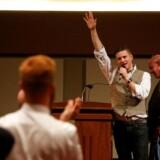 Richard Spencer fra National Policy Institute blev berygtet efter en tale, hvor mange tilhørere heilede i begejstring. Her vinker han dog farvel efter en tale på Texas A&M University 6. december.