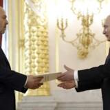 Den russiske præsident, Vladimir Putin får overrakt et brev af den israelske ambassadør, Gary Koren.