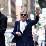 I forbindelse med en mindehøjtidelighed søndag, der markerede 15 års dagen for terrorangrebet 11. september 2001, fik den demokratiske præsidentkandidat et ildebefindende. Senere kom det frem, at Hillary Clinton få dage forinden havde fået konstateret en lungebetændelse.