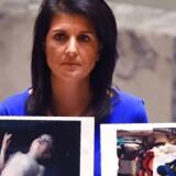 Den amerikanske FN-ambassadør Nikki Haley viser i FNs sikkerhedsråd ofre for giftgasangrebet. Foto: Timothy A. Clary