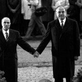 Fem år før Murens fald den tyske kansler Helmut Kohl og den franske præsident Francois Mitterrand med hinanden i hånden for at forsikre det fransk-tyske sammehold ved mindhøjtidelighed for ofrene for første verdenskrig i Verdun, MARCEL MOCHET AND LIONEL CIRONNEAU. (Foto: MARCEL MOCHET, LIONEL CIRONNEAU/Scanpix 2016)