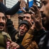 Forud for Angela Merkels besøg har Tyrkiet styrket kontrollen med landets grænse til Syrien, og her sidder titusindvis af flygtninge på flugt fra det sønderbombede Aleppo fast. Hjælpeorganisationen Læger uden Grænser betegner ifølge Spiegel situationen i grænseområdet som »håbløs«. Foto: Bulent Kilic/ AFP