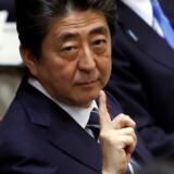 Japan overvejer angiveligt at bede om et møde mellem premierminister Shinzo Abe (billedet) og Kim Jong-un for at diskutere japanske borgere, der blev bortført af nordkoreanske agenter for årtier siden. Reuters/Issei Kato/arkiv