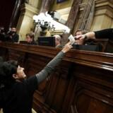 Cataloniens parlament har ved hemmelig afstemning stemt for uafhængighed af Spanien, skriver Reuters.